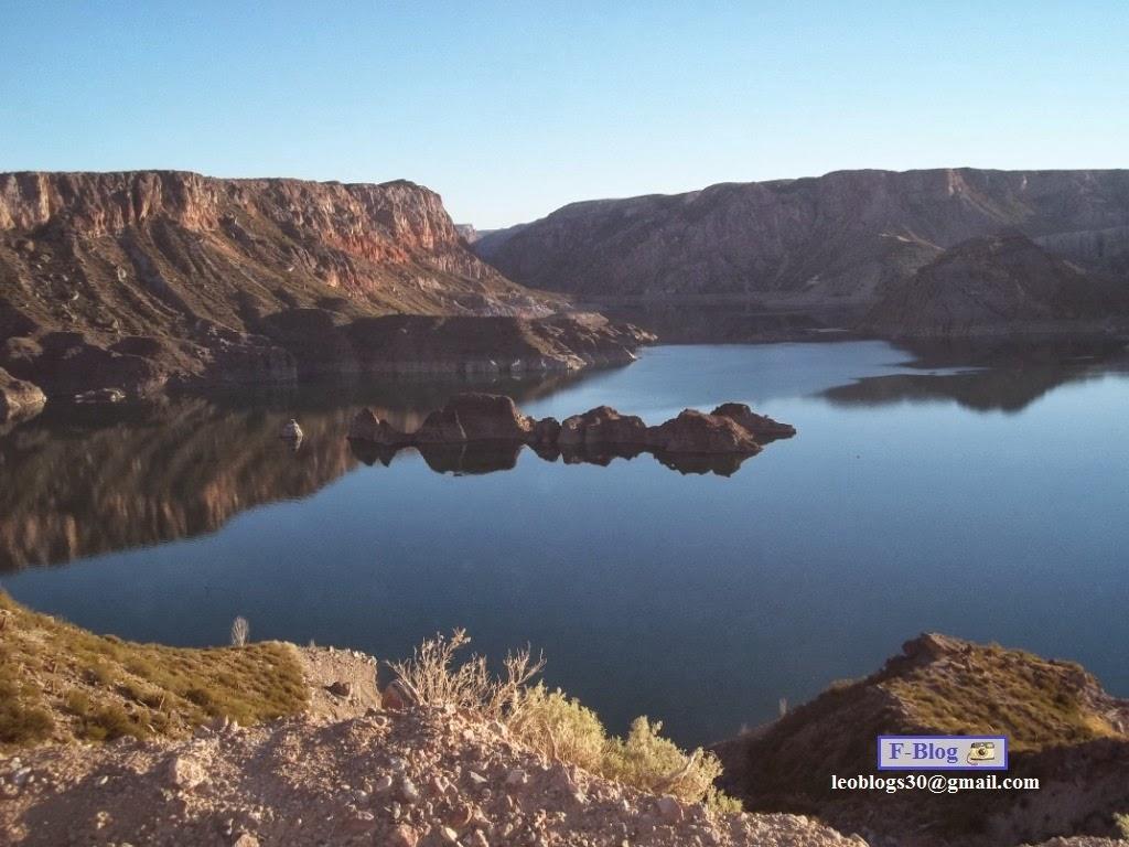 Hermoso paisaje de lago con piedras