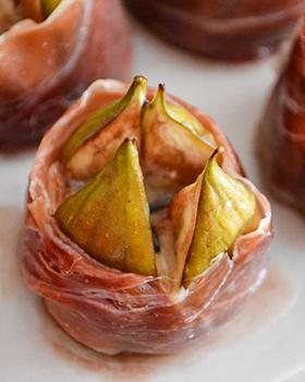 Figos com gorgonzola envoltos em presunto de Parma + redução de vinho do Porto e mel