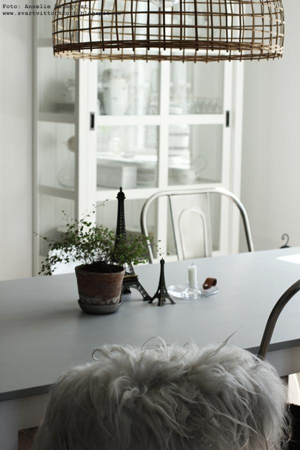 eiffeltorn i inredningen, färg betong, måla bord, bordet, matgrupp, inredning, detaljer, grått, jotuns färg, snickerifärg, betong, betongfärg, lady från jotun, webbutik, webshop, webbutiker, anneliesdesign, fårskinn, inredningsblogg, bloggar, annelies design & interior, eiffeltornet till inredning,