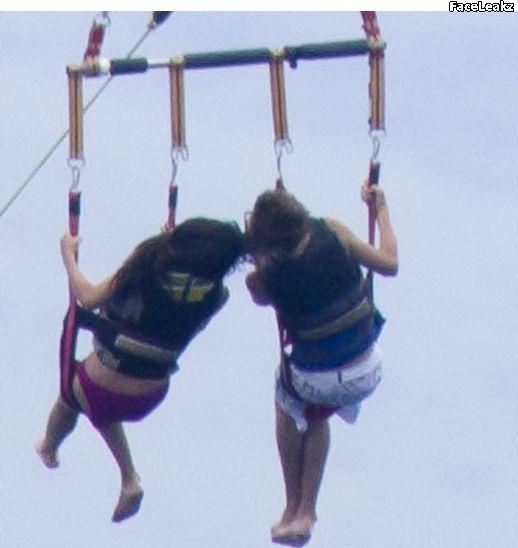 Adegan Panas Justin Bieber dan Selena Gomez Berciuman di Hawaii -- foto -- FaceLeakz