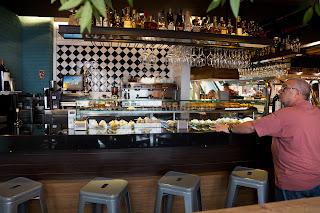 Барная стойка мадридского гастробара баскской кухни La Alacena de Víctor Montes