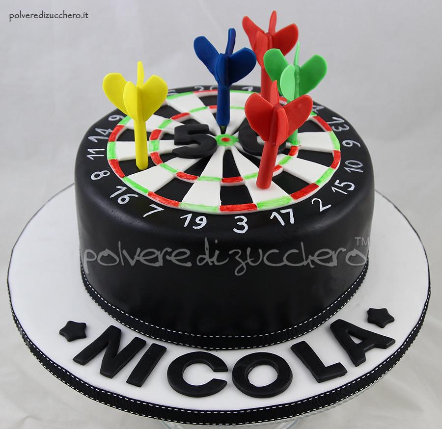 torta tabellone e freccette in pasta di zucchero per un 50° compleanno