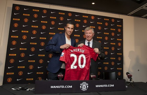 New Manchester United player Robin van Persie poses alongside manager Sir Alex Ferguson