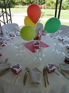 Διακόσμηση τραπεζιού βάπτισης με μπαλόνια και σημαιάκια