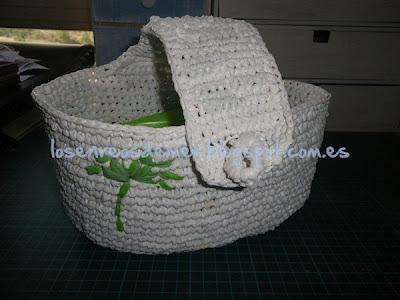 Cestillo con hilo de plástico y pequeño bordado