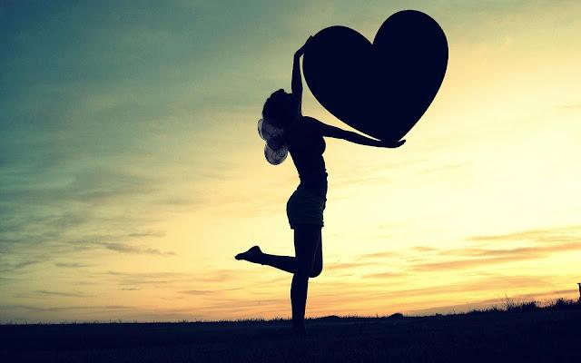 Foto van een vrouw met liefdes hartje