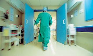Τρομακτικό: Διευθυντής κλινικής χειρουργούσε για χρόνια χωρίς να διαθέτει... πτυχίο!