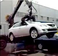 destroza coche mal aparcado