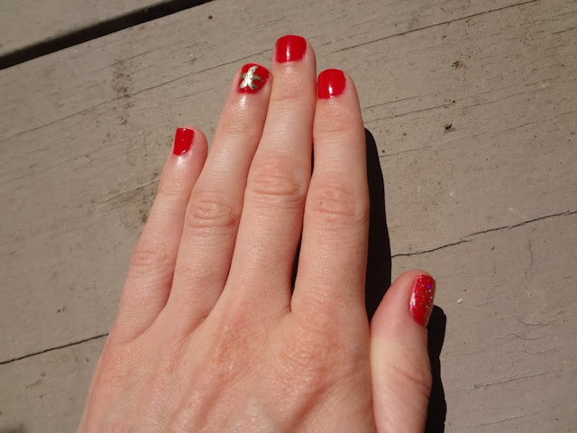 Nail art, Red nails with a golden starfish