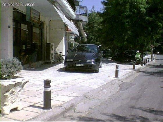 Αυτοσχέδιες ράμπες για να γίνει parking το πεζοδρόμιο
