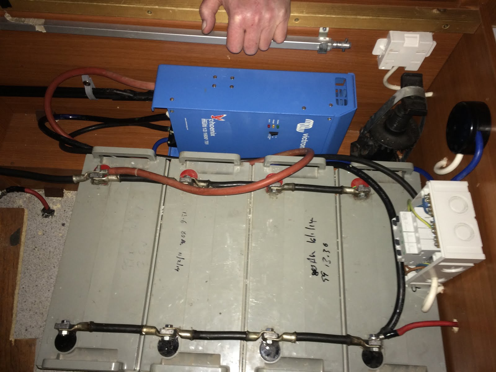 Funky Mercedes Hymer S700 Motorhome Blog June 2016 Electrical Fuses On Red Box Here Is An Install I Did Using 4 X 100a H Batteries Note The Colours Are Wrong Lower Right Connection To Neg It Should Be Black