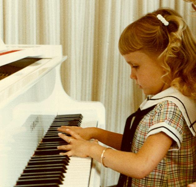 Foto anak perempuan bermain piano keren banget