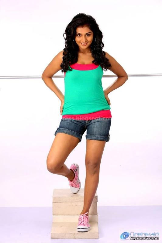 Remya nambeesan thigh show
