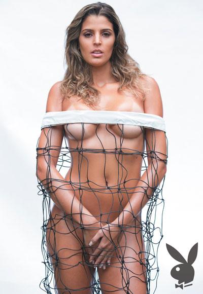 Mari Paraíba nua e envolta em uma rede de vôlei