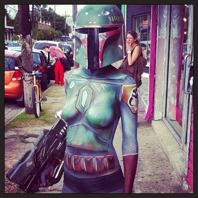 photo de body paint d'un bounty hunter sexy en casque