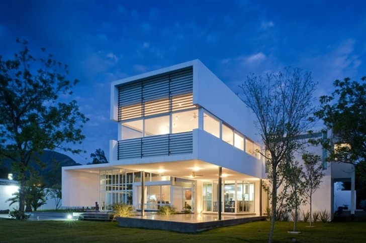 Backyard facade of Beautiful white house by 7xa Taller de Arquitectura at night