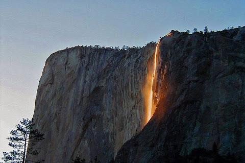 Air Terjun Yang Tampak Seperti Lahar Vulkanik