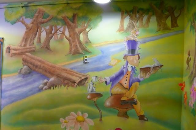 Malowanie przedszkola, malowanie bajki na ścianie w przedszkolu chatka puchatka