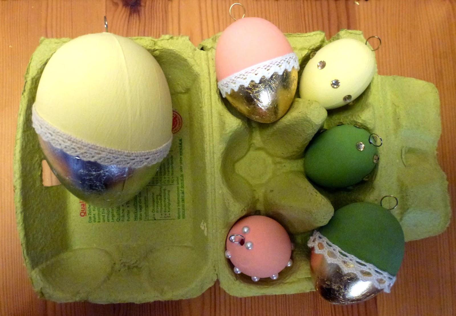 Plastikeier in gelb, rosa und grün mit silber oder gold kombiniert und Spitzenborte