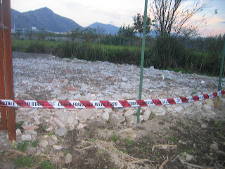 campo agricolo arato marrone con striscia carabinieri rossa e bianca