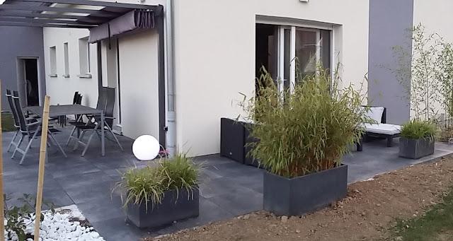 terrasse design dalles noires anthracite carrelage grès cerame 20mm bambou eclairage