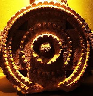 Detalhe da lápide de arenito no Museu de La Cruz, na Argentina.