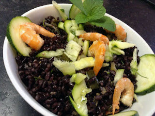 insalata di riso nero, gamberi, zucchine ed erba cipollina