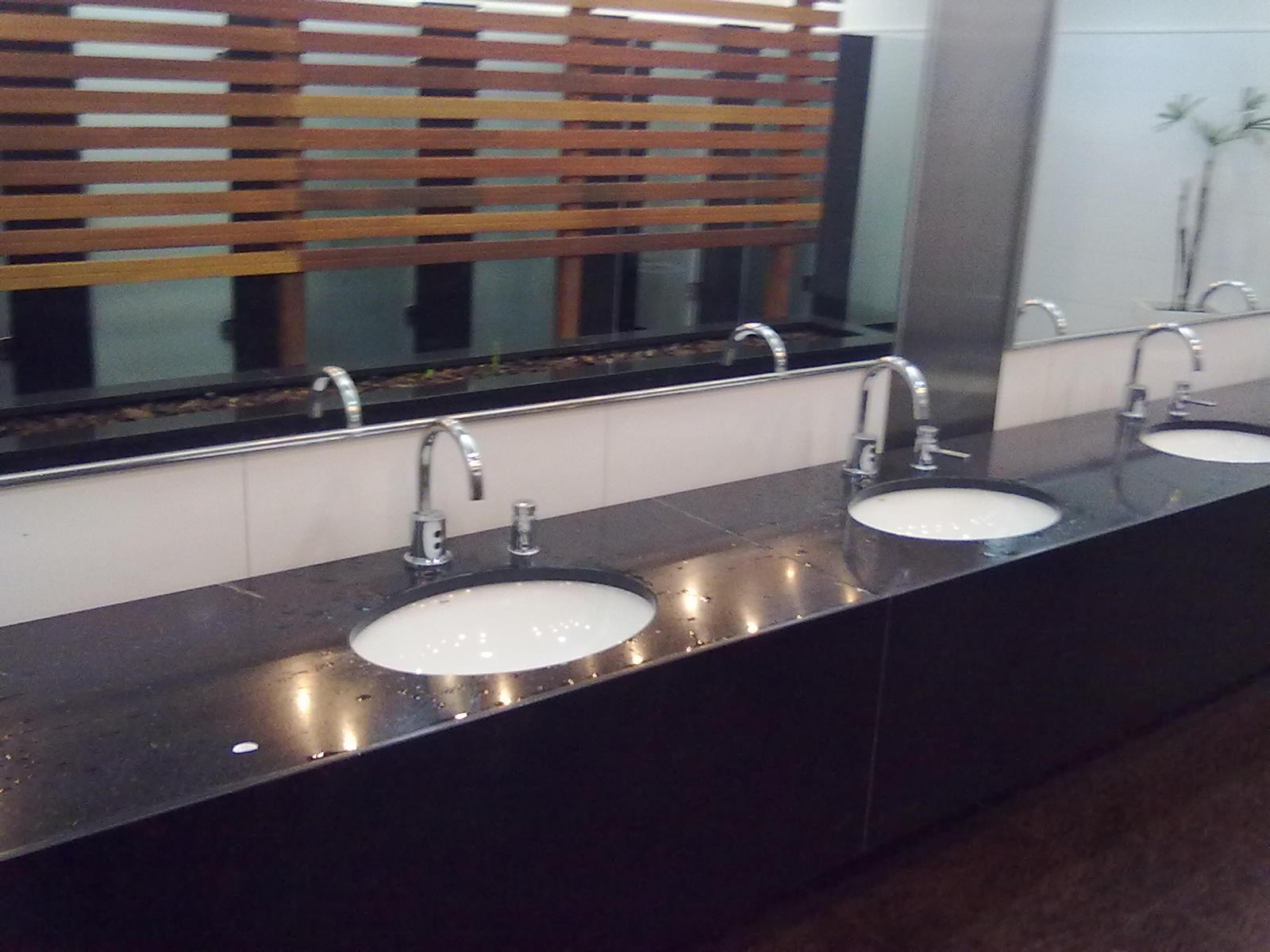 As torneiras dos lavatórios são acionadas por sensor eletrônico  #856046 1600 1200