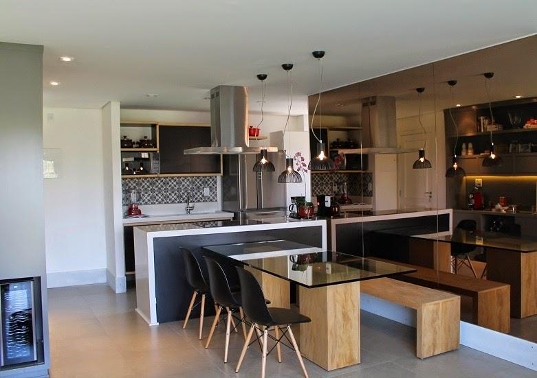 decoracao de cozinha integrada a sala de jantar:linda cozinha com a mesa de jantar encostada na bancada detalhe para