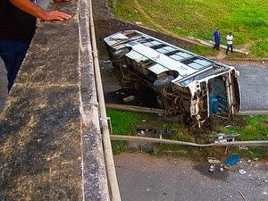 Acidente em Salvador deixou motorista ferido (Foto: Reprodução / TV Bahia)