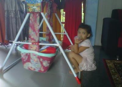 +Foto anak kecil lucu sedang menjaga bayi