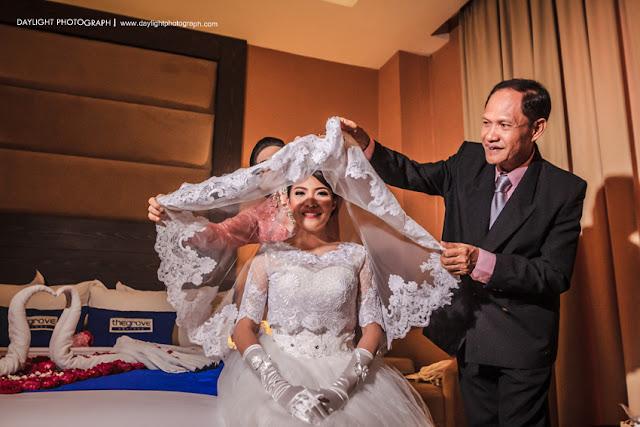 prosesi tutup waring calon pengantin perempuan sebelum berangkat ke gereja oleh orang tuanya