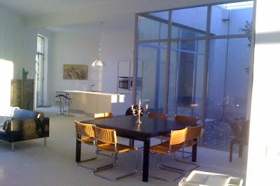 Une salle à manger baignée de lumière pour cette maison à louer à Gordes dans le Lubéron