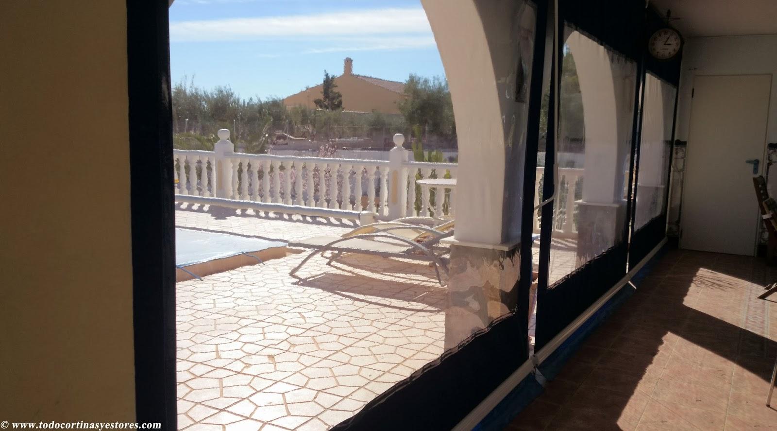 Decoracion interior cortinas verticales estores for Puertas para patio interior