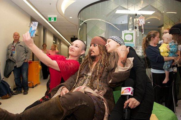 Johnny Depp fantasiou-se de Jack Sparrow para visitar crianças com cancro