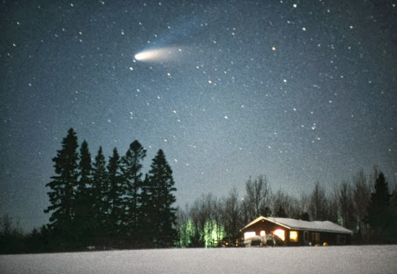 Comet Hale-Bopp shows off its bright dust tail and fainter, blue ion tail in early spring 1997. Credit: Bob King