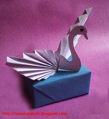 angsa kertas yang anggun terbuat dari barang bekas cocok untuk kerajinan tangan anak sd