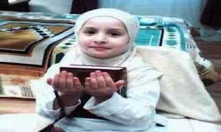 Anak Muslim Perempuan Memegang Alqur'an