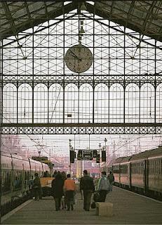 Estación de Madrid P.Pio , andenes y trenesw estacionados.
