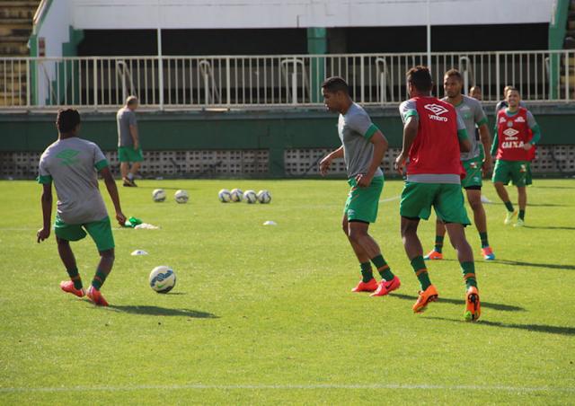Cléber Santana (ao centro) deverá voltar ao time após dois jogos no departamento médico (Foto: Divulgação/Chapecoense)