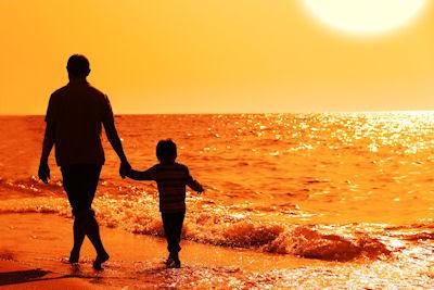 Papá e hijo caminando por la orilla del mar - Imágenes gratis para escribir tus propias reflexiones