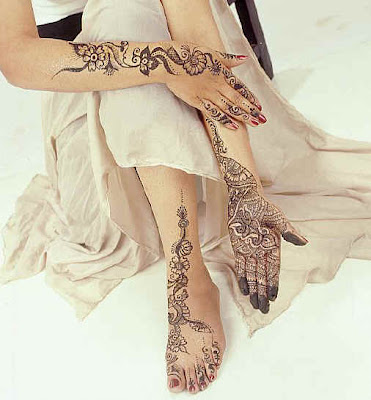 Moroccan henna to the hands and feet