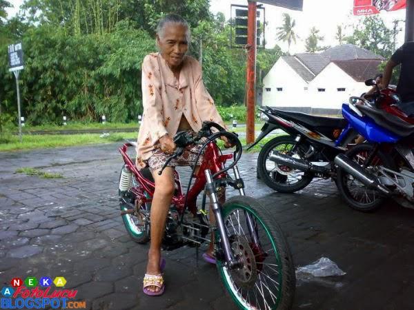 foto lucu Nenek Lagi Naik Motor Drag