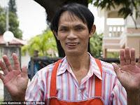 Aksi Seorang Chef Menggoreng Dengan Tangan