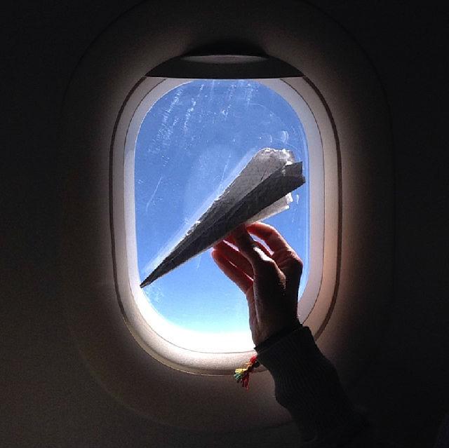 Avião de papel no avião