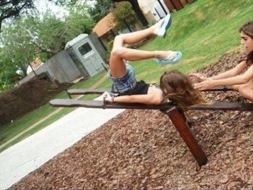 terjatuh atas kerusi kayu