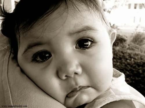 Image noir et blanc bébé fille triste
