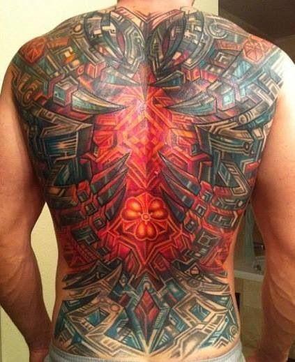 Espalda de hombre con Tatuaje Biomecanico