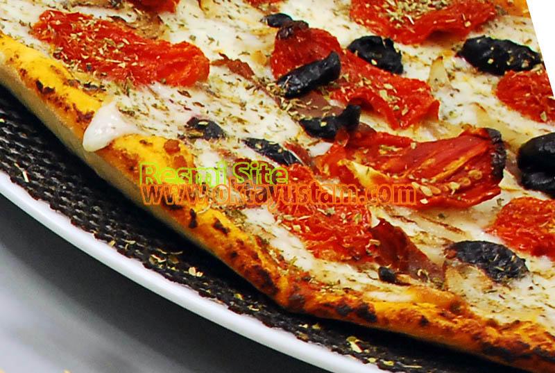 Oktay Usta Domatesli Pastırmalı Pizza Tarifi Yapılışı Oktay Usta Domatesli Pastırmalı Pizza Tarifi Anlatımı