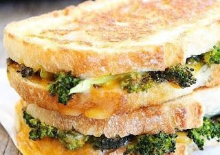 Tostada con queso y brocoli